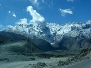 Karakoram Highway, l'une des plus haute route au monde, en passant à 4400 m