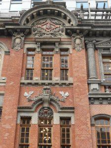 Taipei.  Fine Arts Muséum, un artisan réalisant des «tatami», belle façade d'un immeuble «du temps de la colonisation japonaise»,  et Di Hua Jie 迪化街